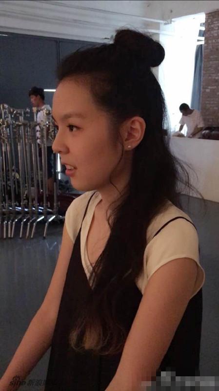 李咏14岁女儿近照露背