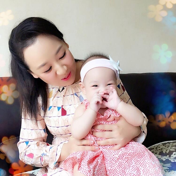1 / 9 近日,关凌在微博晒出女儿圆圆七个月的照片,白白胖胖甚是可爱