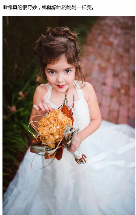 一个4岁的小女孩,在妈妈去世以后穿上了妈妈当初穿过的婚纱,拍图片
