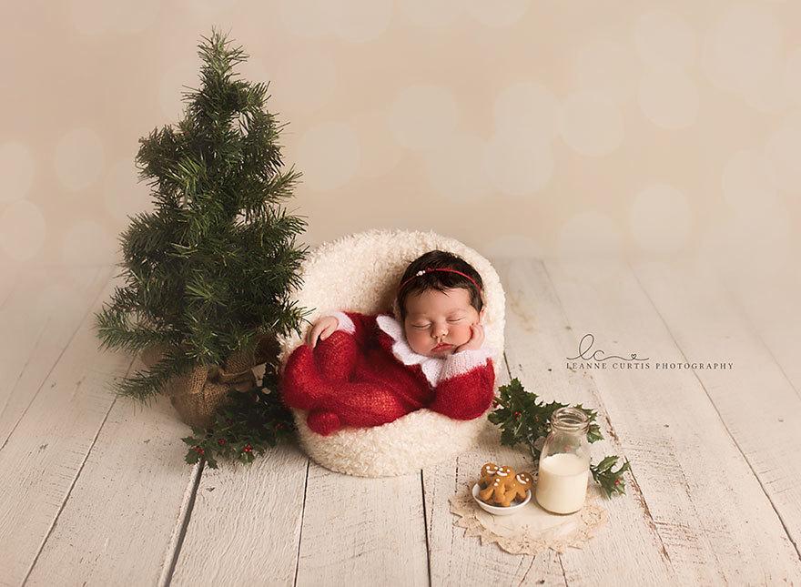 可爱新生婴儿这样庆祝第一个圣诞节