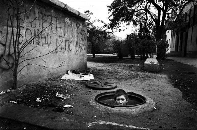 实拍居住在下水道里的孩子
