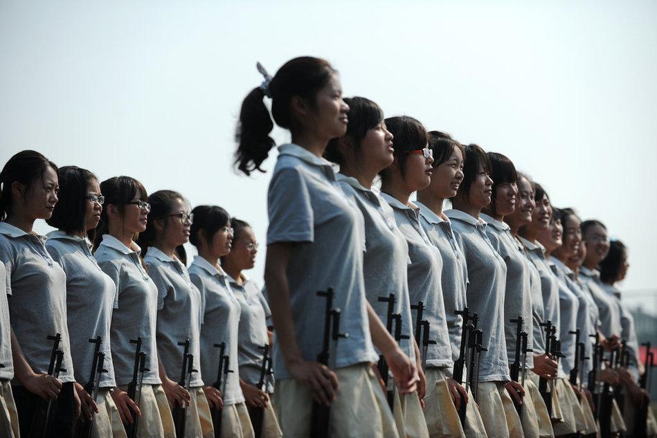 军训正进行中:女生穿超短裙裤军训 教育频道