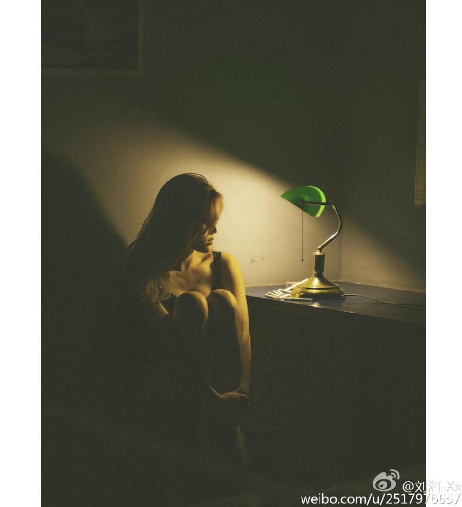 组图:校花晒清纯唯美写真 捧花变童话森林少女