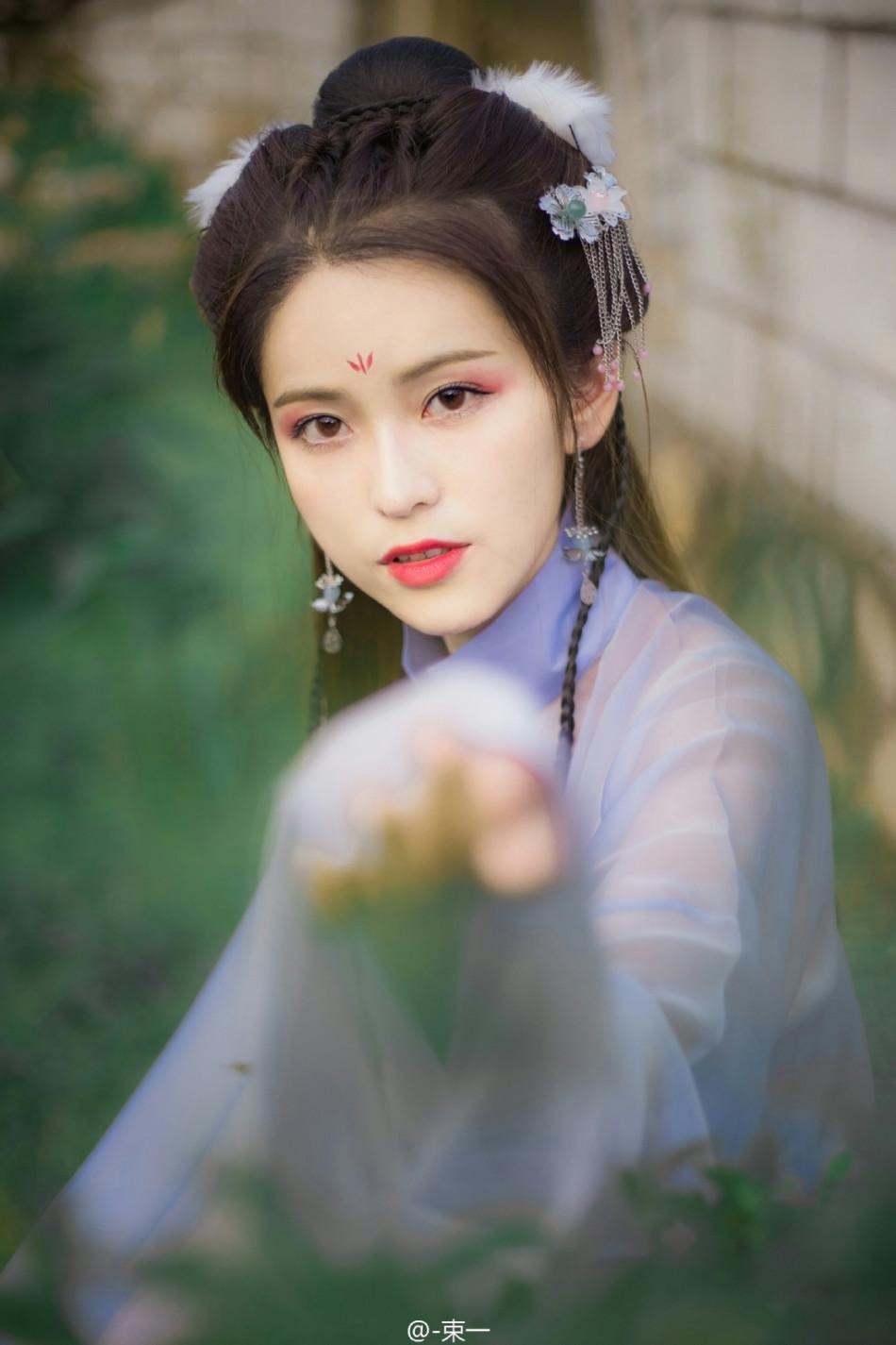 就读于南京林业大学的束一在微博晒出清新唯美写真,清新指数直爆表