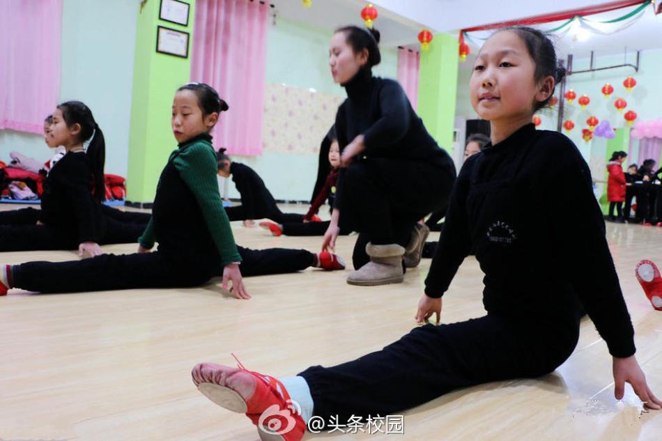 趣培训班,学习舞蹈、绘画、弹钢琴等,以增加孩子的综合素质和