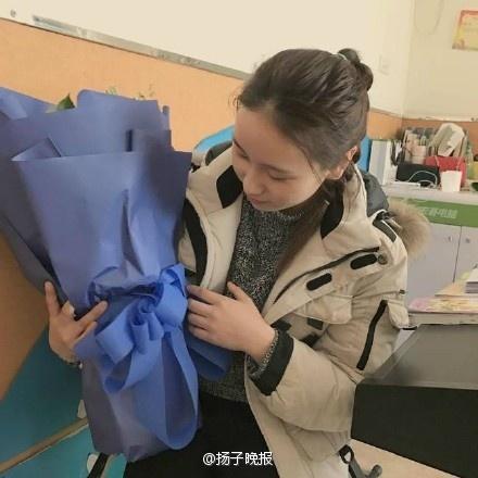 组图:美女老师收匿名表白玫瑰 转赠环卫工人