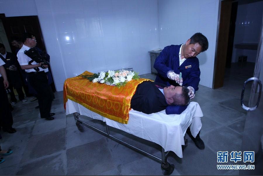 追悼会在杭州市殡仪馆举行,来自社会各界的数千名群众与这位平民