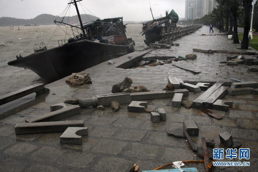 """7月24日,受台风""""韦森特""""影响,广东省珠海市一些船只撞击岸边."""