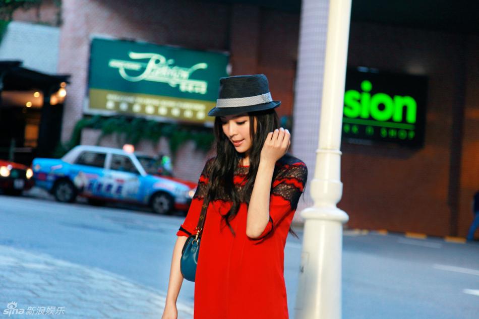 张静初曝光一组香港街拍照,大红色蕾丝花边连衣裙搭配黑色小礼帽,图片
