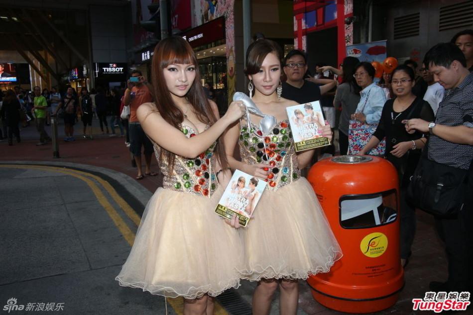 香港嫩模组合当街脱内裤给路人闻