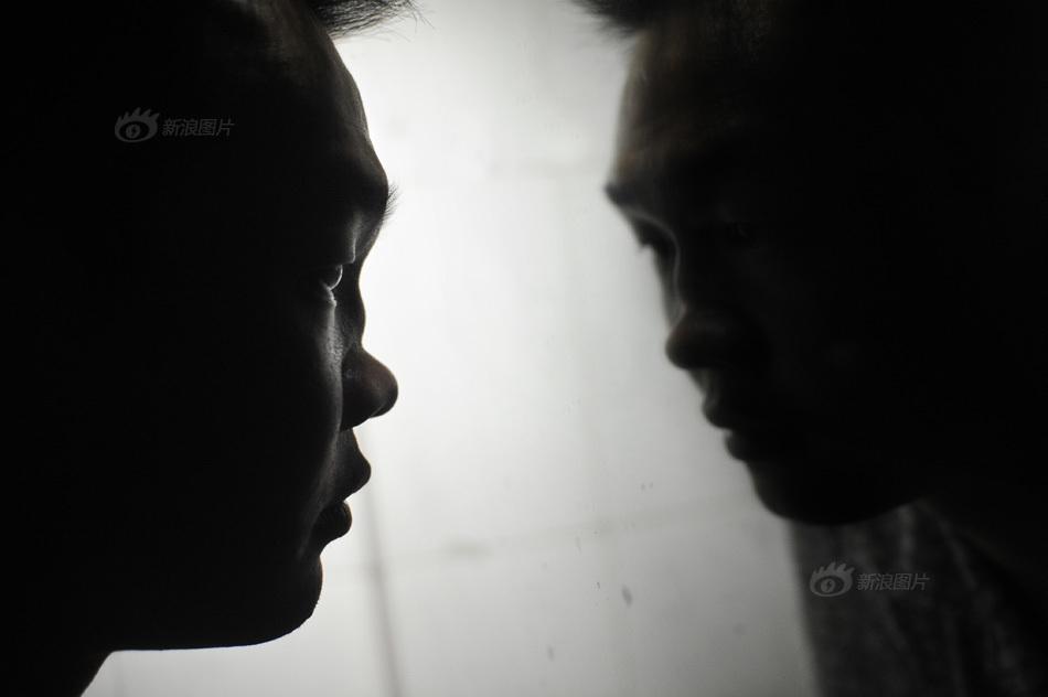 晚上十二点了,阿豪在卫生间的镜子前看着自己塌陷的鼻梁.吸食K图片