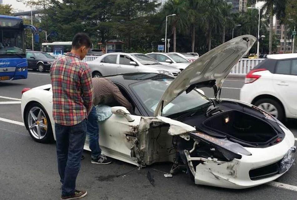 公共汽车的轮子-深圳一法拉利撞公交车 车轮飞出砸中宝马车高清图片