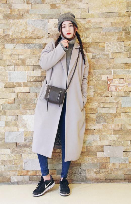 运动鞋搭配大衣更是冬日达人们最喜欢的搭配方式,充满高街感的同