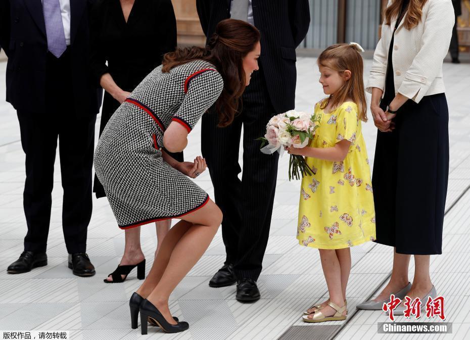 凯特王妃优雅灰裙亮相 半蹲接小萝莉花束图片