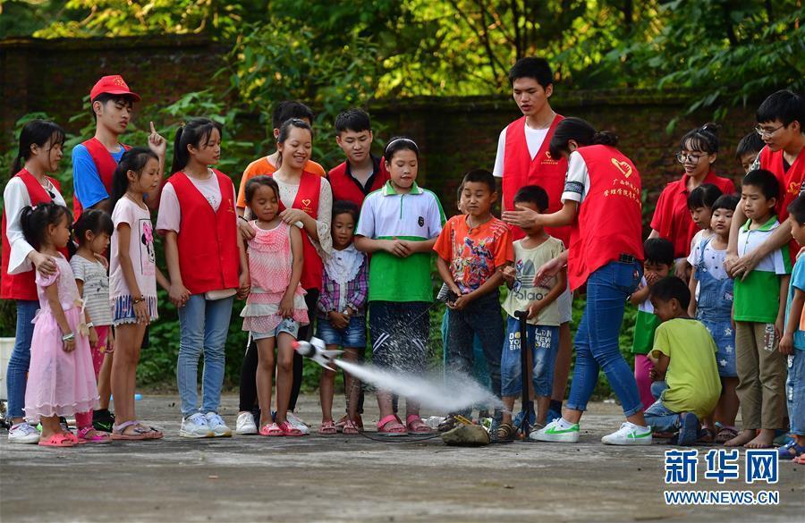 大学生暑期支教贫困山区留守儿童