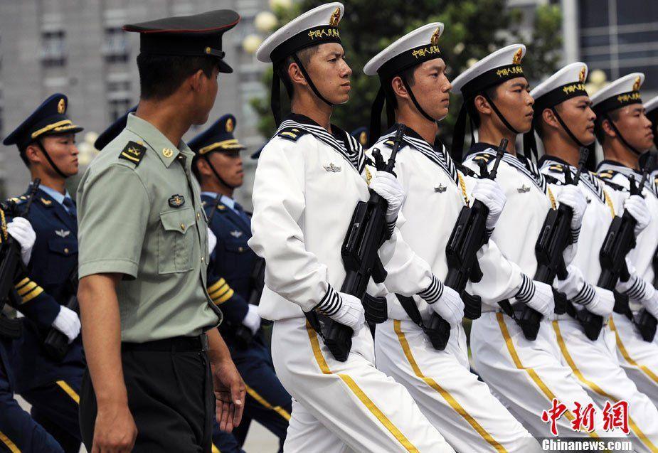 由解放军北京卫戍区仪仗大队选派36人组成的中国人民解放军三军