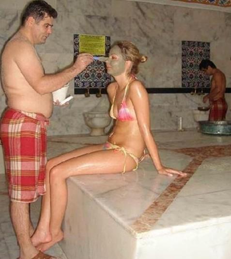 在澡堂子里决定婚姻大事,在咱中国人看来真是有点匪夷所思.可在图片
