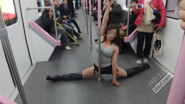 地铁惊现钢管舞妹子》的视频在微博上走红.视频中,一名穿着粉色