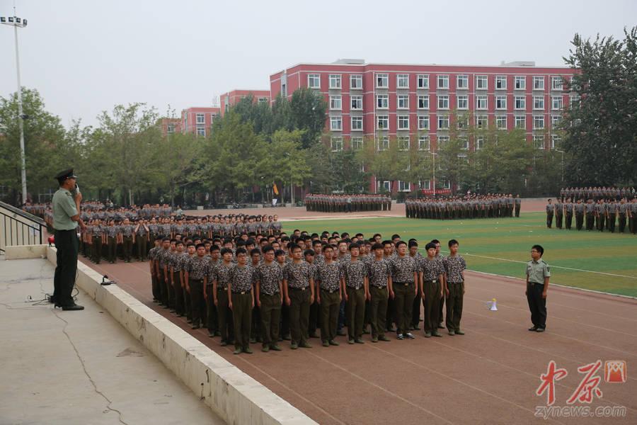 伊始,军训成了各大高校新生的必修课.9月2日,中原网记者走进