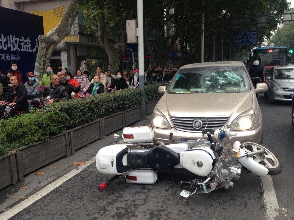 周警官用交警摩托车停在商务车车前试图拦住他,商务车主居然撞击交