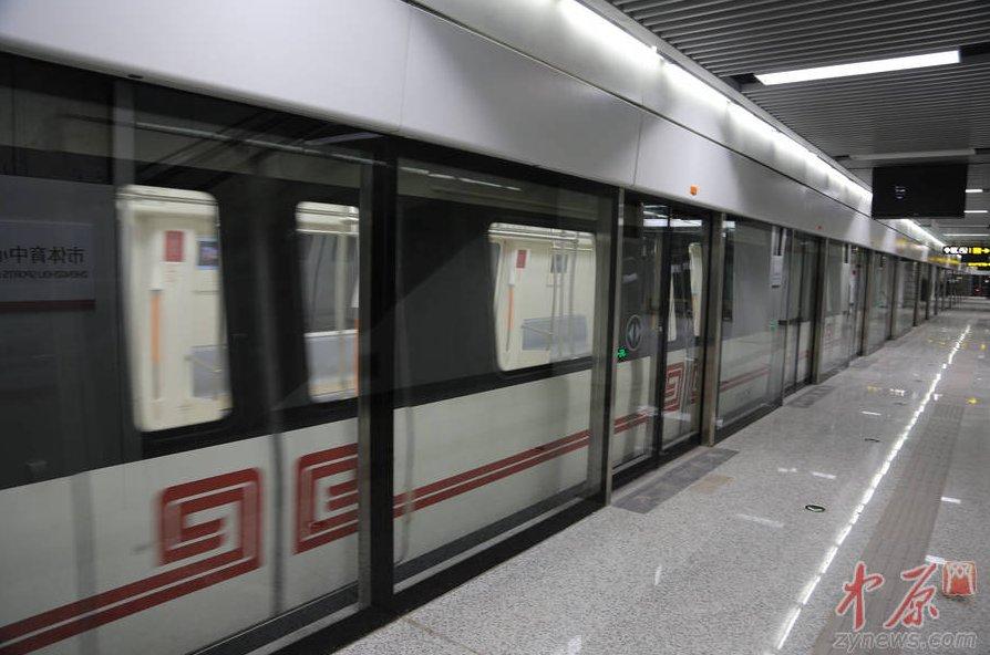 地铁一号线驶入车站.图片来源:中原网.-中原网探访地铁一号线 试