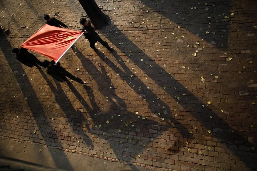 四名学生就会将一面五星红旗撑起,走向操场,开始升旗.来源:中国高清图片