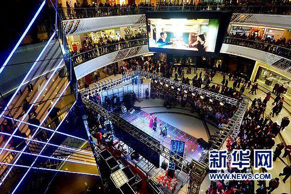 """安夜"""".在郑州市区的各处商业中心和繁华地段,灯光璀璨,人头图片"""