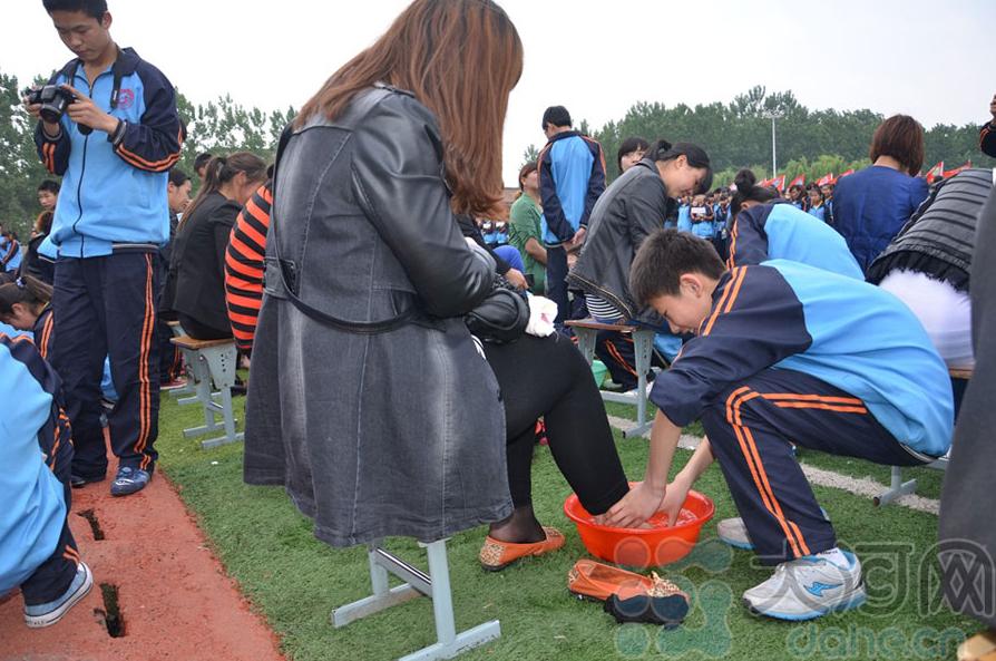 高中生给父母洗脚照片-为511名母亲洗脚 现场感人
