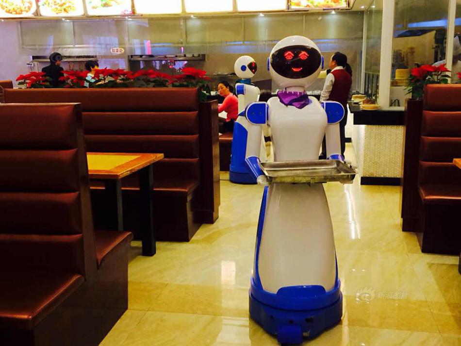 供图:郭小铠/CFP-宁波机器人餐厅当跑堂 造价6万会说请慢用