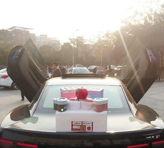 马,每辆车的前盖上都放着?-宁波女大学生组豪车车队卖苹果图片
