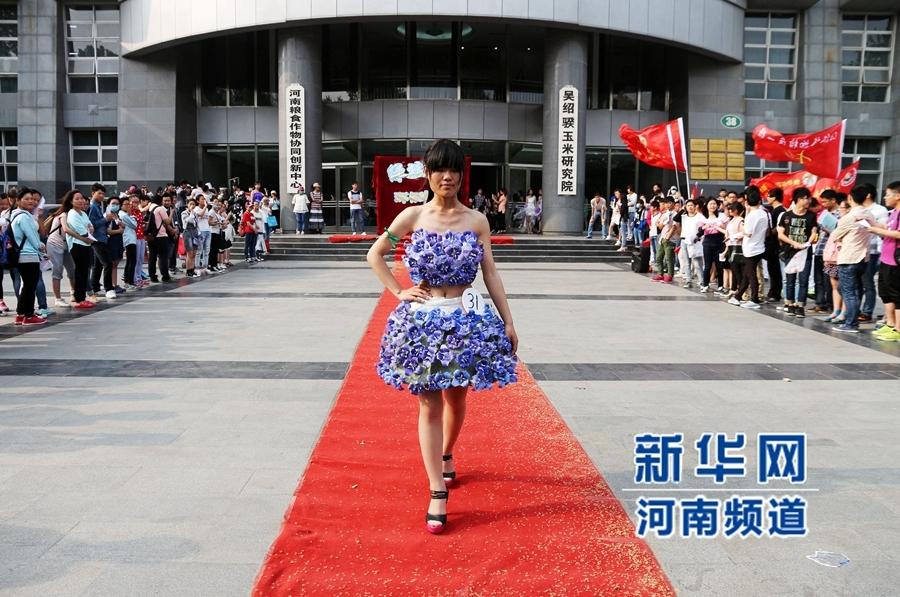 郑州大学生废旧物品做服装 上演环保时装秀