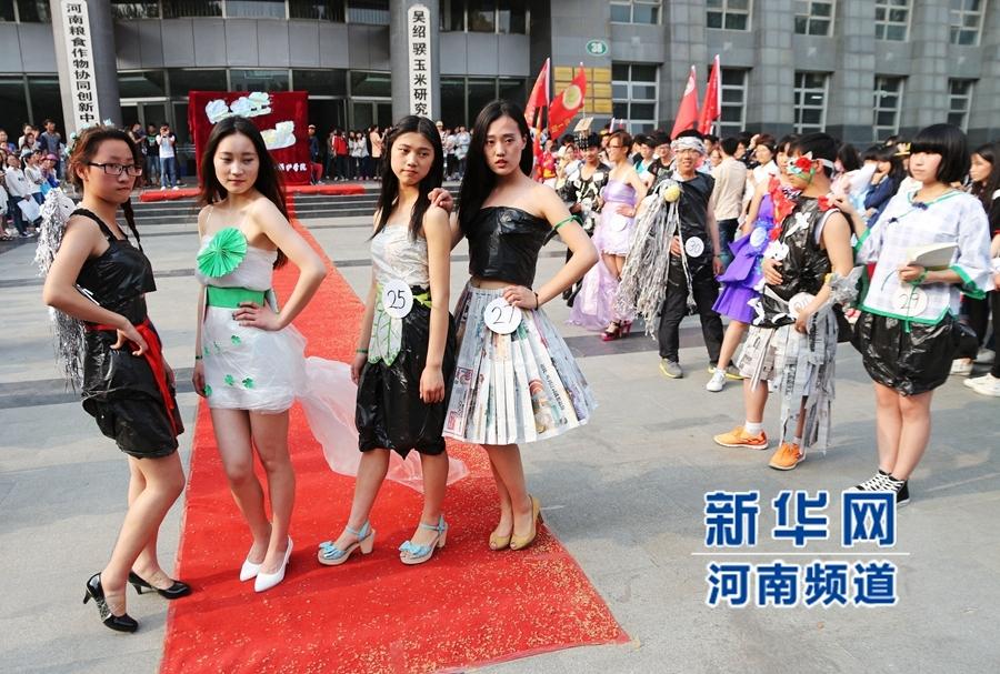 """为""""绿丝衣""""的环保时装秀,三十七名大学生身穿由废报纸、废弃塑图片"""