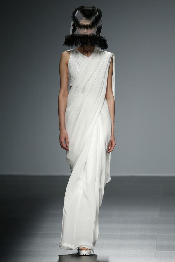 与纽约婚纱秀场走保守路线不同,欧洲的婚纱T台如同潘多拉宝盒般图片