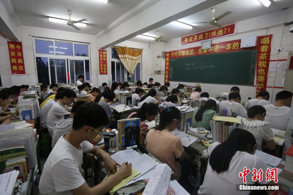 南周口某中学,高三考生们正在教室里加紧复习,备战即将到来的高