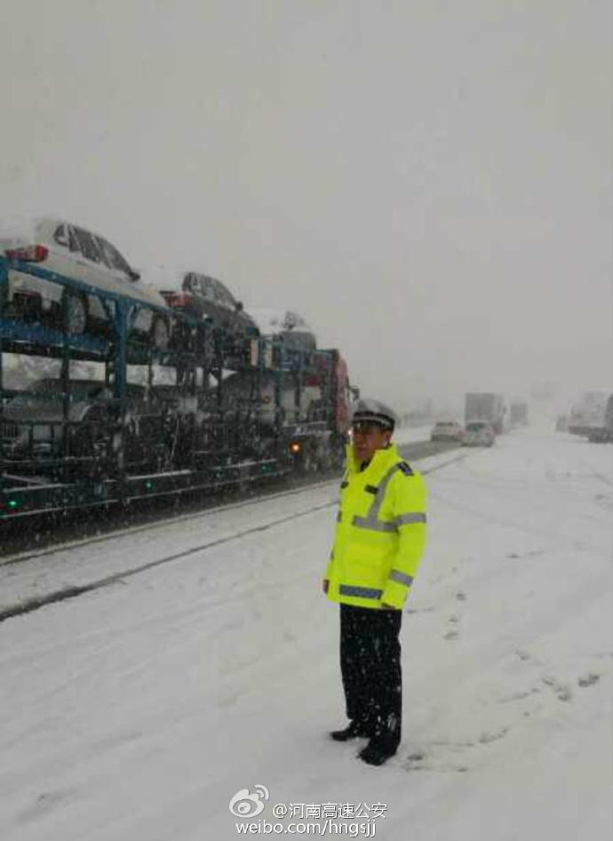 河南大雪中守护交通的警察蜀黍 给他们点赞