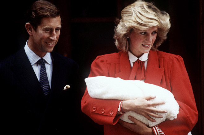 17日,查尔斯王子和戴安娜王妃抱着刚出生不久的哈里王子.-看英国