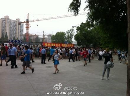 克汉姆上海行 同济校园活动因踩踏事故取消】现场围观群众热情过图片