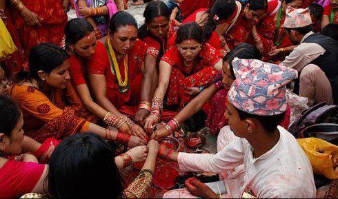 女性集体露天沐浴 体验为男人祈福的禁食节图片
