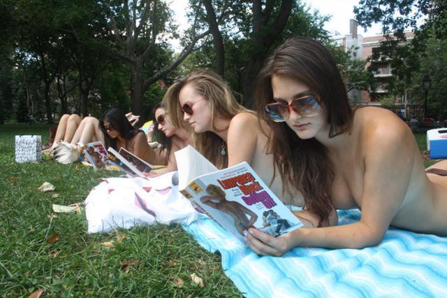 美国女孩掀起性感 裸读 风