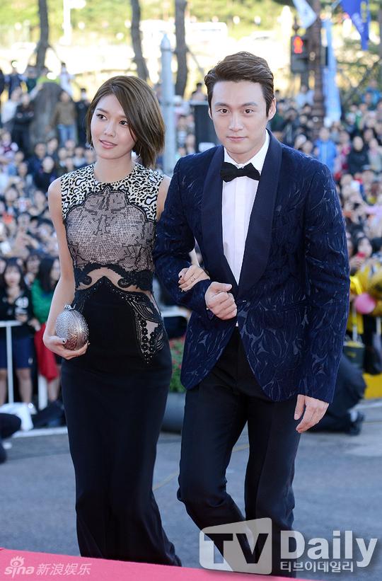 新浪娱乐讯 2015韩国电视剧大赏颁奖礼9日晚间在首尔盛大举行.红毯