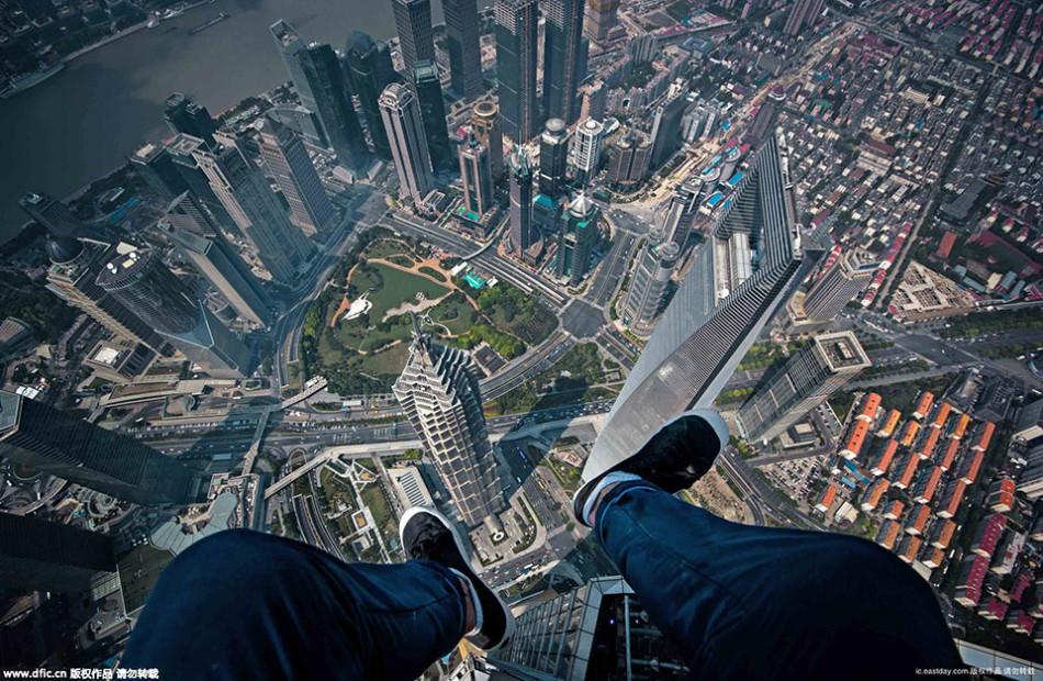 俄小伙扮蝙蝠侠上海高楼顶玩自拍