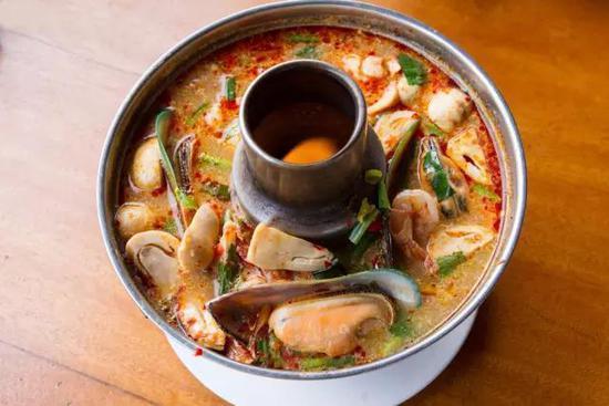 其酸辣口味来自天然植物香料,再加上鲜美的食材,着实是好吃火锅