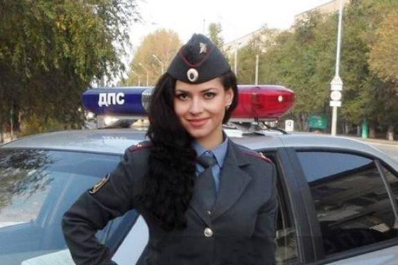 10.俄罗斯.二师兄点评:俄罗斯美女警察的眼窝略深,高颧骨,这是