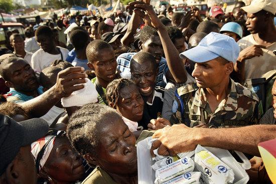 海地灾民排队领取食物 现场冲突不断