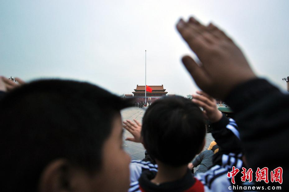 少先队员向国旗敬礼