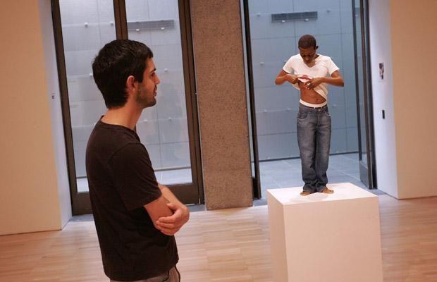 澳大利亚雕塑家创作逼真人体雕像
