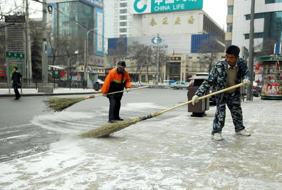 兰州环卫工人在街道上扫雪.1月2日至3日,受新疆东移冷空气和青图片