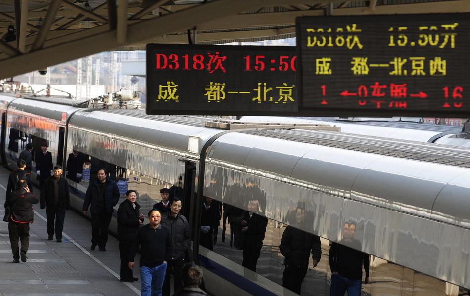 11日,成都到北京西D318次首列动卧列车和成都至上海虹桥的D356