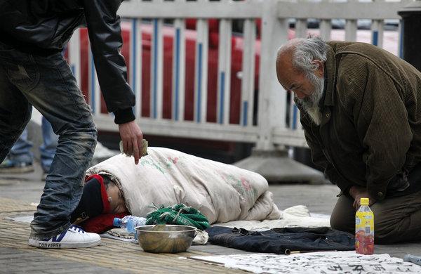"""月9日上午,""""随手拍照解救乞讨儿童""""陕西站成立,记者在西安街"""