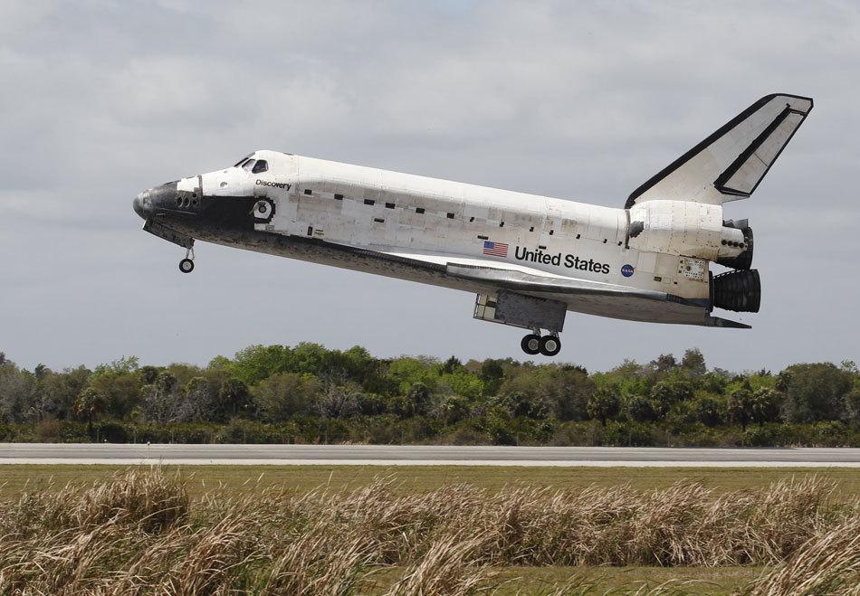 美国发现号航天飞机结束27年飞行生涯(组图)